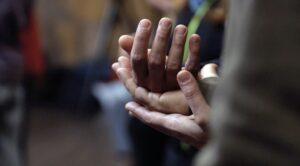 dettaglio di mani dal seminario heartmind lab
